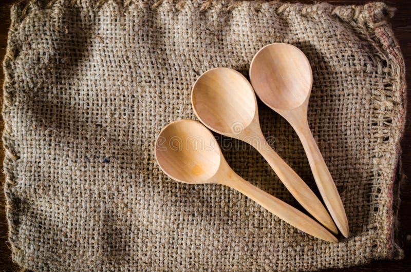ξύλινο κουτάλι sackcloth στοκ εικόνες