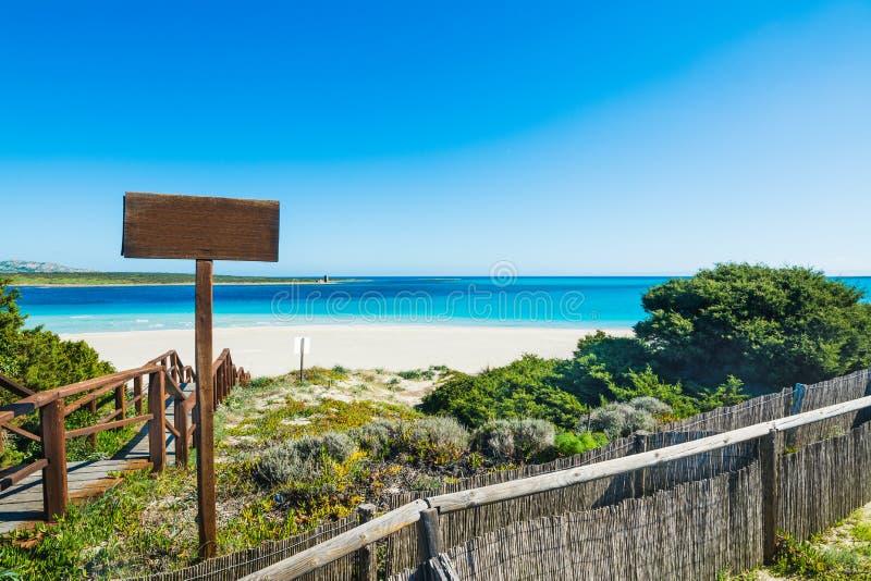 Ξύλινο κλιμακοστάσιο στην παραλία στη Σαρδηνία στοκ εικόνες
