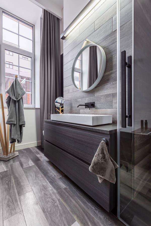 Ξύλινο λουτρό με το στρογγυλό καθρέφτη στοκ φωτογραφία