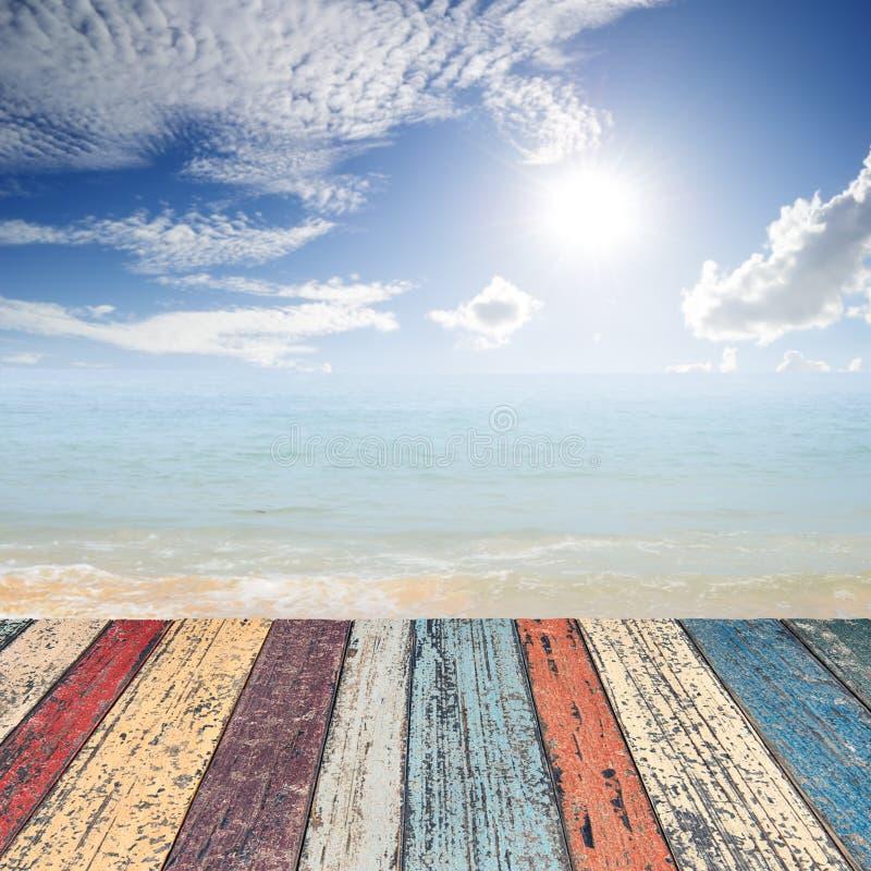 Ξύλινο πάτωμα στη θάλασσα παραλιών και μπλε ουρανός για το υπόβαθρο στοκ φωτογραφία με δικαίωμα ελεύθερης χρήσης