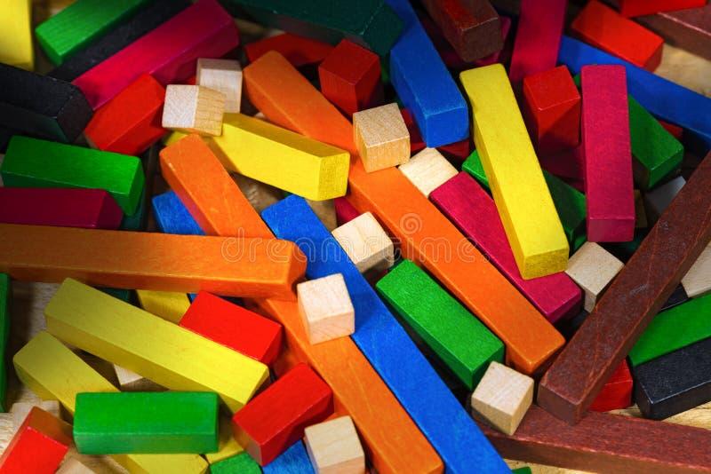 Ξύλινο παιχνίδι με τα ζωηρόχρωμα κομμάτια στοκ φωτογραφίες