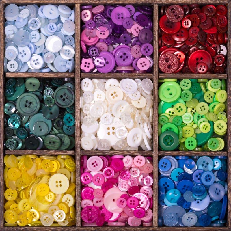 Ξύλινο παράθυρο αποθήκευσης που γεμίζουν με τα κουμπιά στοκ φωτογραφία με δικαίωμα ελεύθερης χρήσης
