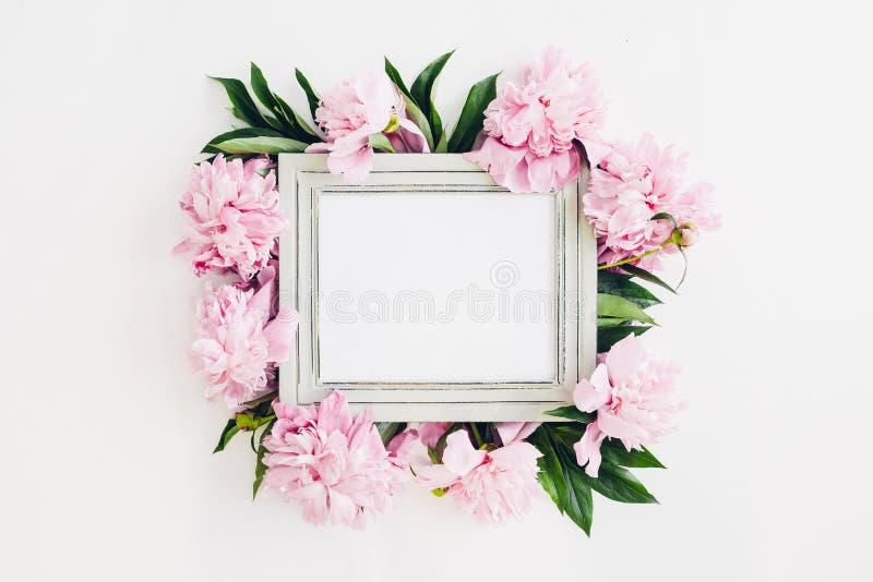 Ξύλινο πλαίσιο κρητιδογραφιών που διακοσμείται με τα λουλούδια peonies, διάστημα για το κείμενο Χλεύη επάνω στοκ φωτογραφίες με δικαίωμα ελεύθερης χρήσης