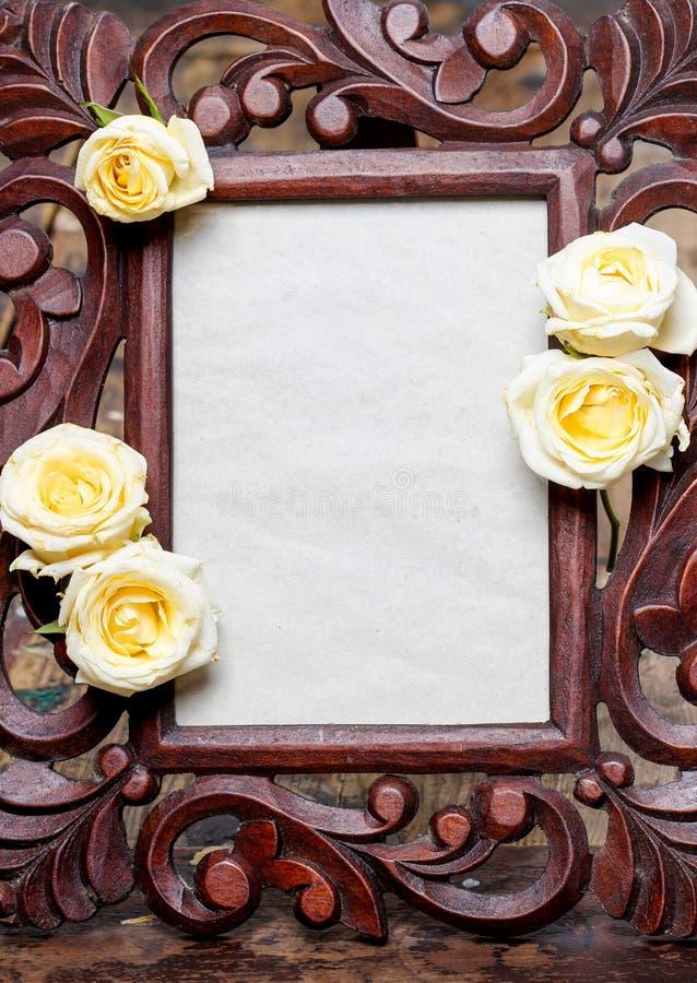 Ξύλινο πλαίσιο που διακοσμείται με τα κίτρινα, τριαντάφυλλα κρητιδογραφιών στοκ εικόνα με δικαίωμα ελεύθερης χρήσης