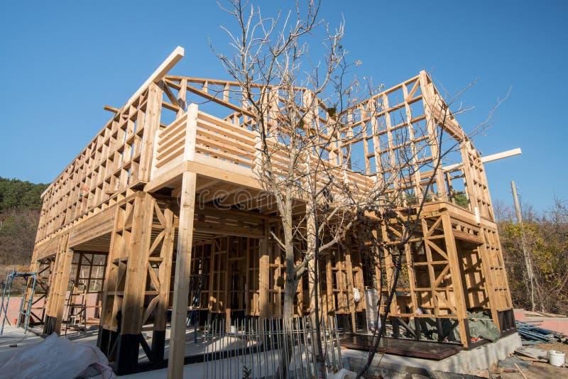 Download Ξύλινο πλαίσιο του σπιτιού κάτω από την κατασκευή Στοκ Εικόνα - εικόνα από δάσος, σανίδα: 62716849