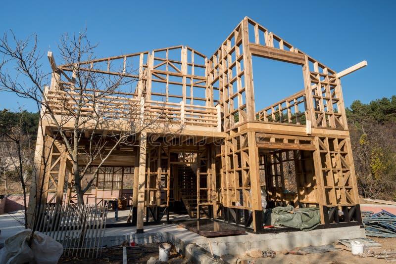 Download Ξύλινο πλαίσιο του σπιτιού κάτω από την κατασκευή Στοκ Εικόνες - εικόνα από δάσος, περιοχή: 62717120