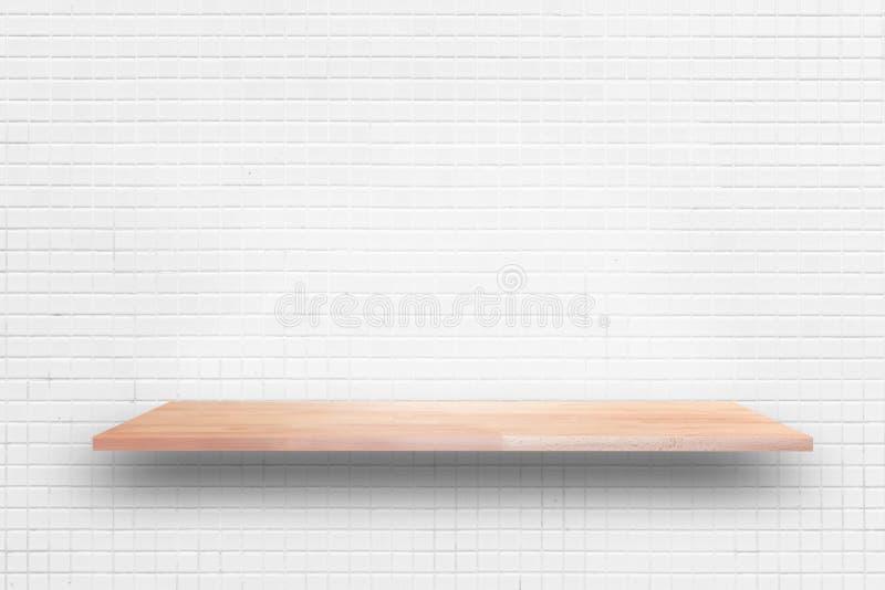 Ξύλινο ράφι στο άσπρο υπόβαθρο τοίχων κεραμιδιών - μπορεί να χρησιμοποιηθεί για το Di στοκ εικόνες