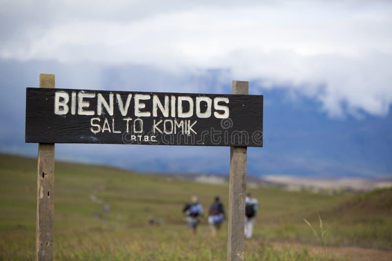 Ξύλινο σημάδι εισόδων στο εθνικούς πάρκο και τους οδοιπόρους Canaima στοκ φωτογραφία