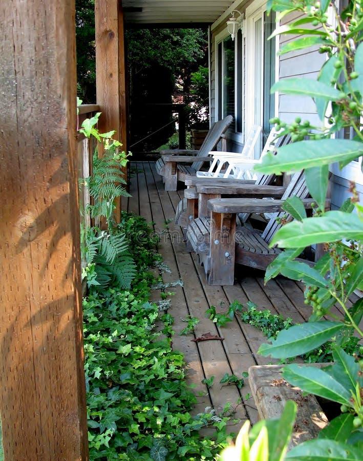 Ξύλινο σπίτι με την ανάπτυξη κισσών πέρα από τη γέφυρα στοκ εικόνες με δικαίωμα ελεύθερης χρήσης