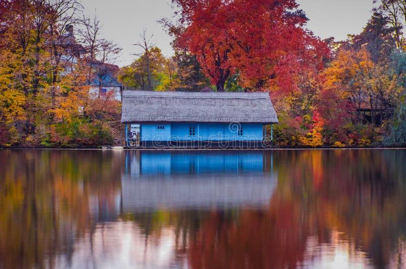 Ξύλινο σπίτι στη λίμνη στην εποχή φθινοπώρου στοκ φωτογραφία με δικαίωμα ελεύθερης χρήσης