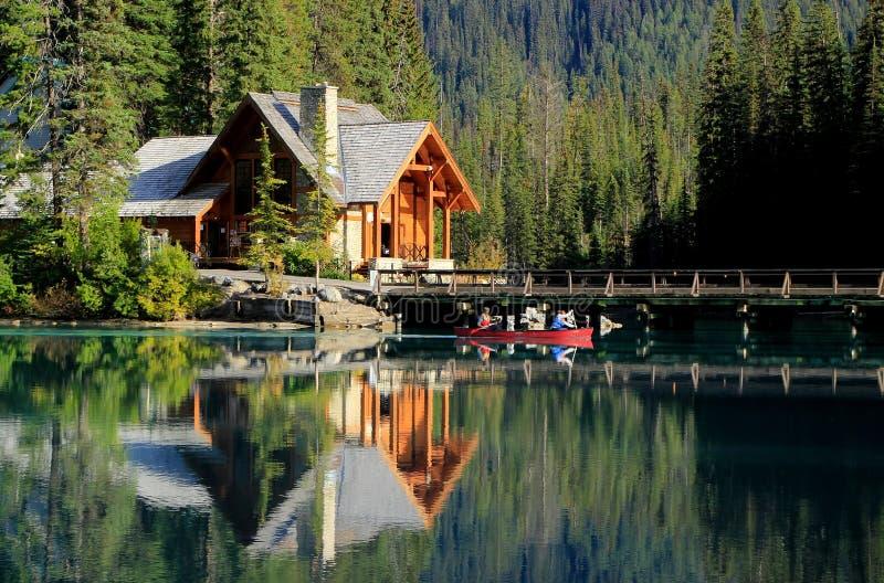 Ξύλινο σπίτι στη σμαραγδένια λίμνη, εθνικό πάρκο Yoho, Καναδάς στοκ εικόνες