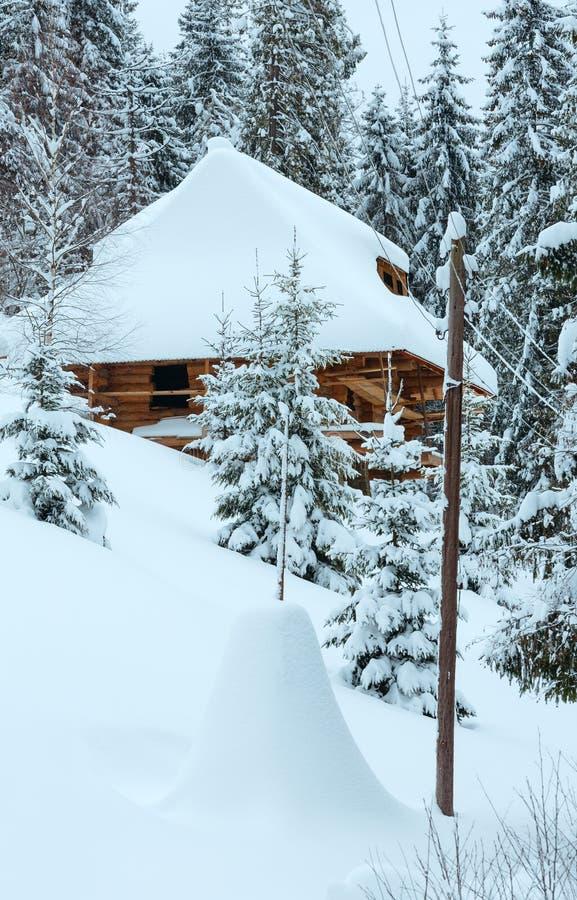 Ξύλινο σπίτι στη χειμερινή κλίση στοκ φωτογραφία με δικαίωμα ελεύθερης χρήσης