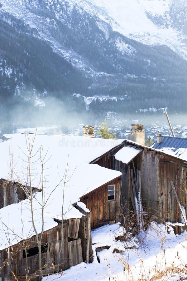 Ξύλινο σπίτι στις γαλλικές Άλπεις στοκ εικόνες