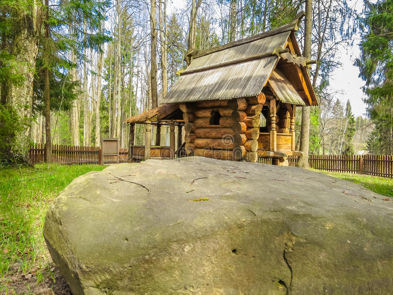 Ξύλινο σπίτι στο δάσος στοκ φωτογραφίες