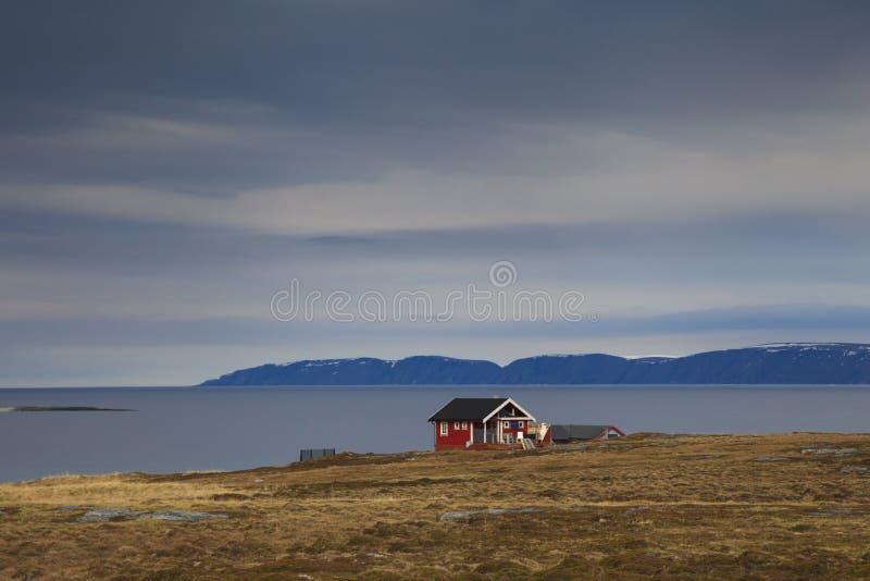 Ξύλινο σπίτι στο αρκτικό χωριό Honningsvag στοκ εικόνες