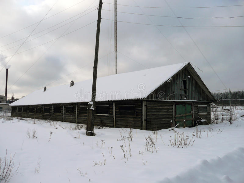 Ξύλινο σπίτι στο χειμερινό δάσος που εγκαταλείπεται για την κρύα εποχή στοκ εικόνες με δικαίωμα ελεύθερης χρήσης