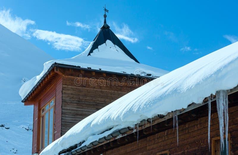 Ξύλινο σπίτι στο χειμερινό βουνό στοκ εικόνα με δικαίωμα ελεύθερης χρήσης