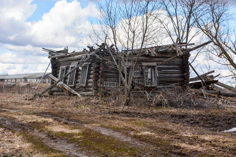 Ξύλινο σπίτι χωρίς μια στέγη στο εκλείψας χωριό στοκ φωτογραφία