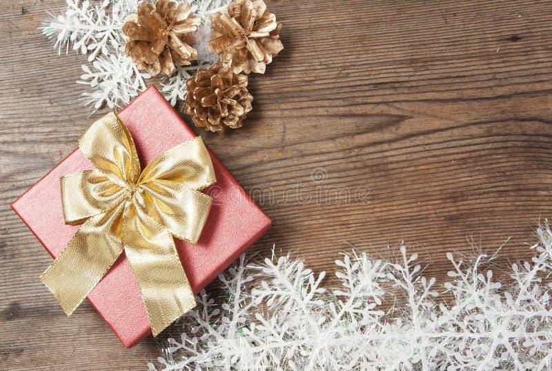 Ξύλινο υπόβαθρο με τις διακοσμήσεις χειμερινών χιονιού και Χριστουγέννων επάνω στοκ εικόνες