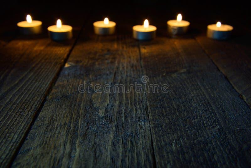 Ξύλινο υπόβαθρο με το bokeh με τα κεριά στοκ φωτογραφίες