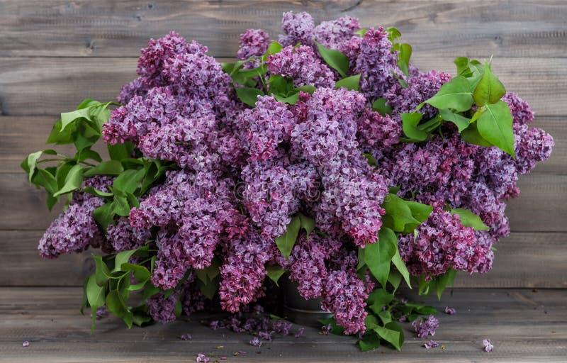 Ξύλινο υπόβαθρο λουλουδιών ανθοδεσμών ιώδες στοκ φωτογραφία με δικαίωμα ελεύθερης χρήσης