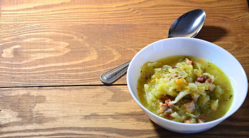 Ξύλινο υπόβαθρο σούπας λάχανων στοκ φωτογραφίες