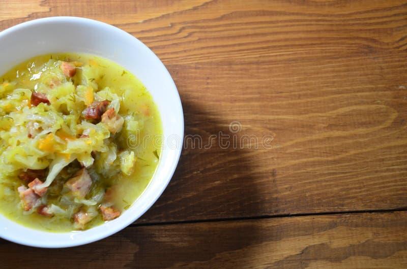 Ξύλινο υπόβαθρο σούπας λάχανων στοκ εικόνες με δικαίωμα ελεύθερης χρήσης