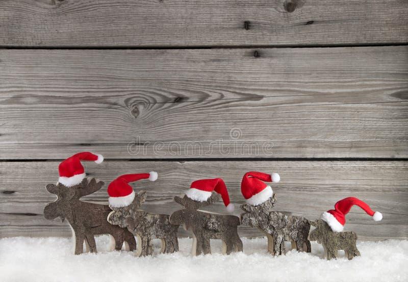 Ξύλινο υπόβαθρο Χριστουγέννων με μια ομάδα Άγιου Βασίλη στο ξύλο στοκ εικόνες