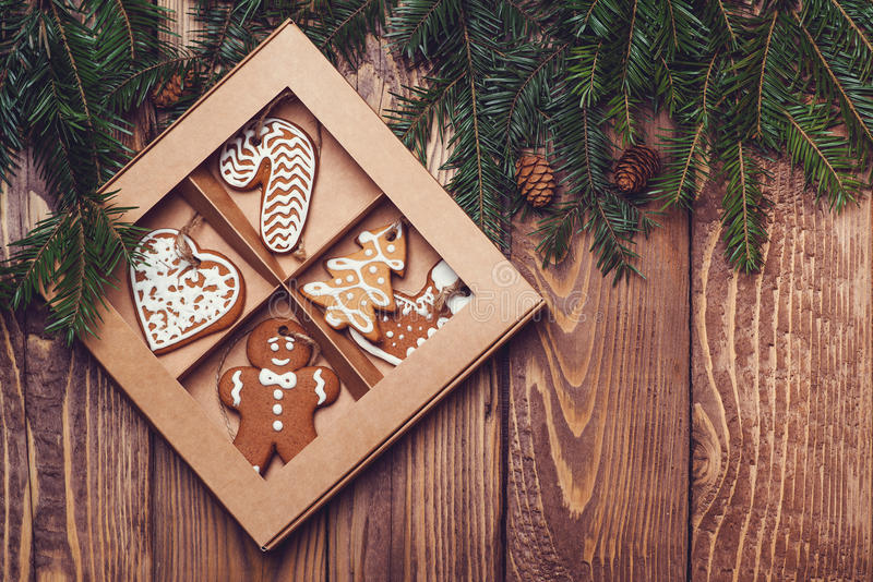 Ξύλινο υπόβαθρο Χριστουγέννων με το δέντρο και το μελόψωμο έλατου στοκ φωτογραφία με δικαίωμα ελεύθερης χρήσης