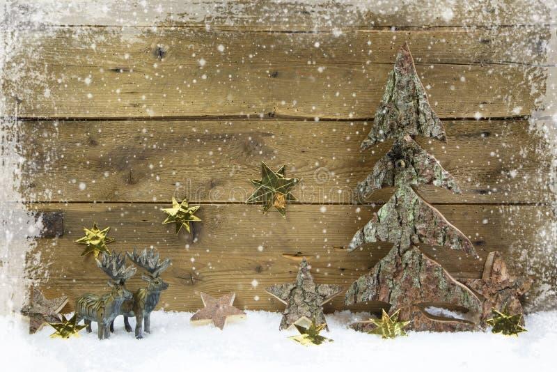 Ξύλινο υπόβαθρο Χριστουγέννων ύφους χωρών με τον τάρανδο και το χιόνι στοκ εικόνες