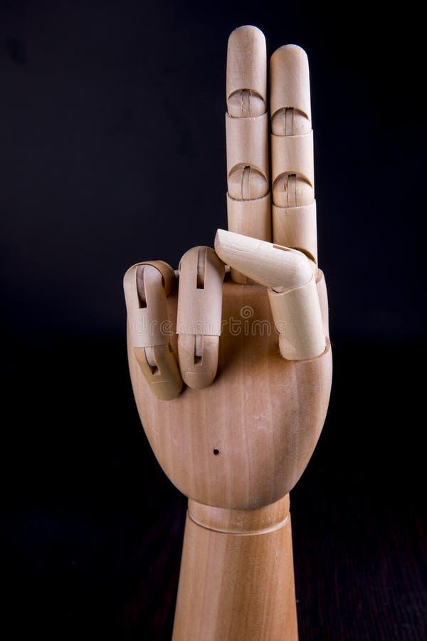 Ξύλινο χέρι σε ένα σκοτεινό υπόβαθρο στοκ φωτογραφία