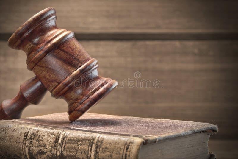 Ξύλινο Gavel δικαστών και παλαιά βιβλία νόμου στο ξύλινο υπόβαθρο στοκ φωτογραφίες