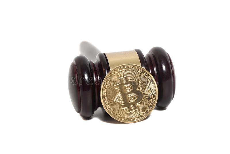 Ξύλινο gavel δικαστών με το χρυσό νόμισμα Bitcoin (ψηφιακό εικονικό mon στοκ εικόνα