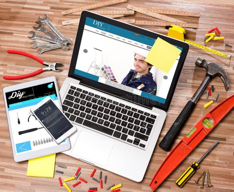 Ξύλινο handyman γραφείο στον υψηλό καθορισμό με το lap-top, ταμπλέτα και στοκ φωτογραφία