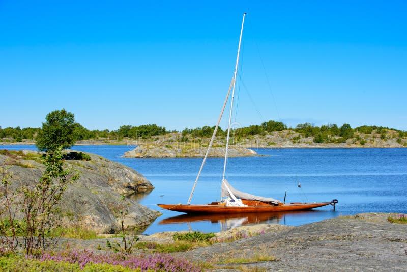 Ξύλινο sailboat στο φυσικό λιμάνι στοκ εικόνες με δικαίωμα ελεύθερης χρήσης