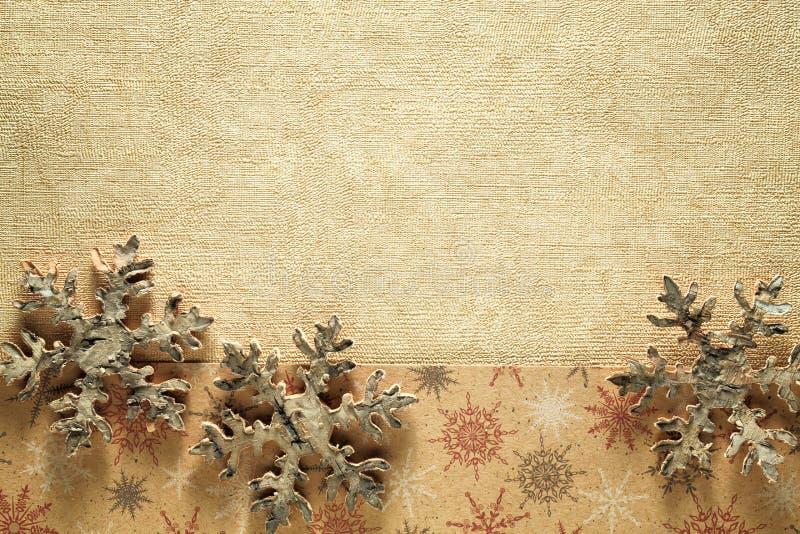 Ξύλινο snowflake στο χρυσό υπόβαθρο στοκ εικόνες