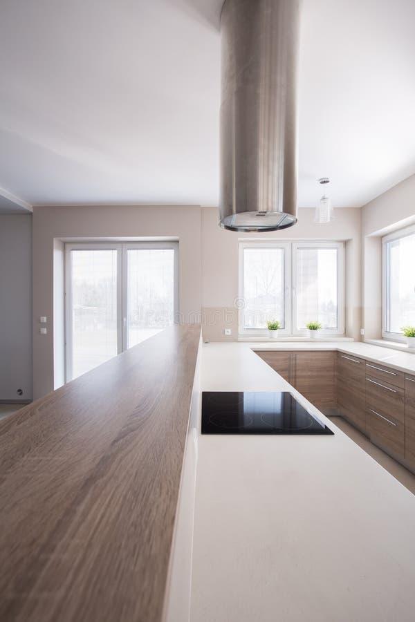 Ξύλινο worktop στη φωτεινή κουζίνα στοκ εικόνα
