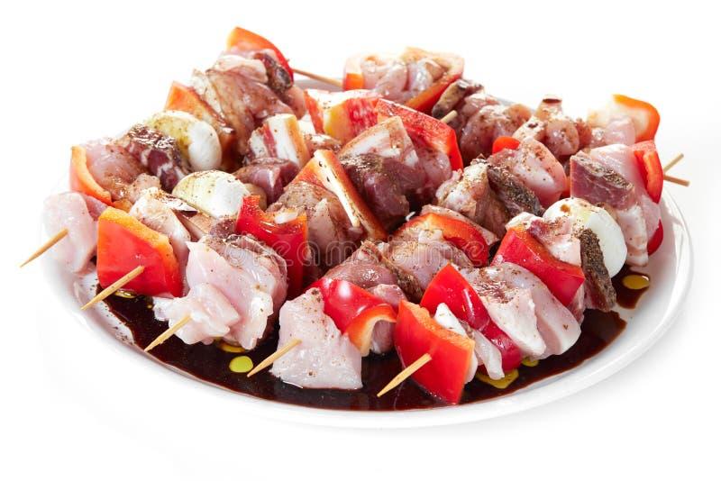Οβελίδια με το ακατέργαστο κρέας στοκ εικόνα