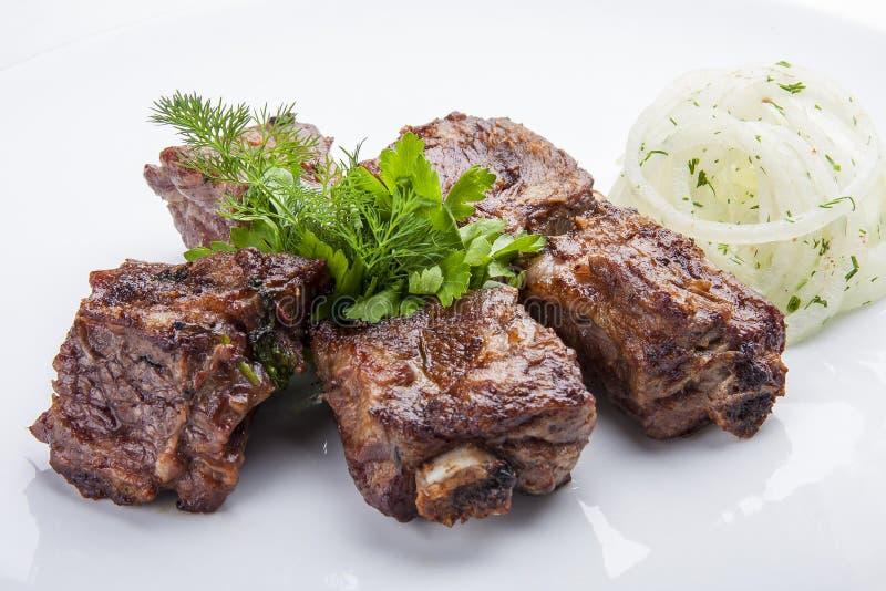 Οβελίδια των πλευρών χοιρινού κρέατος με τα κρεμμύδια στοκ εικόνες