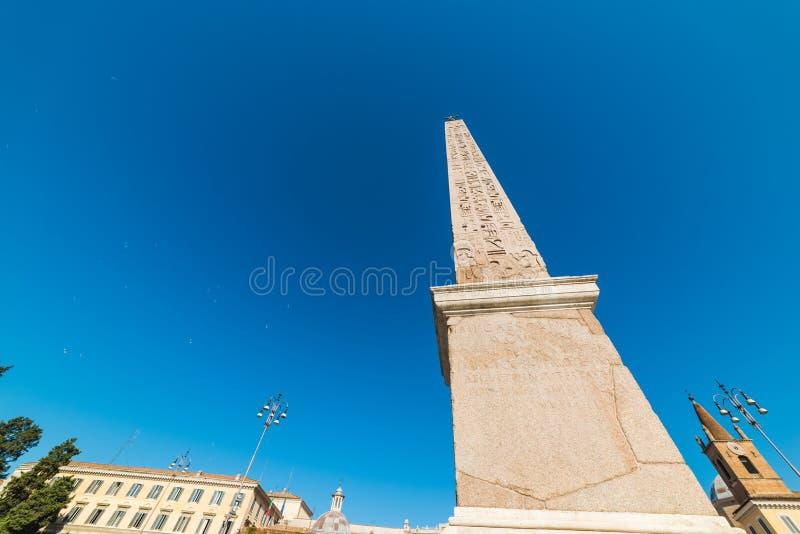 Οβελίσκος Flaminio Piazza del Popolo κάτω από έναν μπλε ουρανό στοκ εικόνες