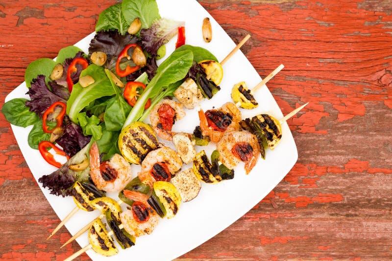 Οβελίδια γαρίδων στο πιάτο με Veggies και τα καρυκεύματα στοκ εικόνες με δικαίωμα ελεύθερης χρήσης