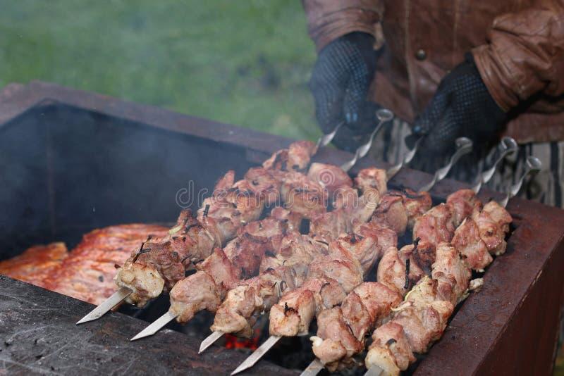 Οβελίδια κρέατος στους άνθρακες σχαρών στοκ φωτογραφία