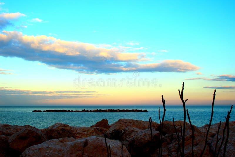 Ογκώδεις βράχοι κοντά στη θάλασσα κατά τη διάρκεια του ηλιοβασιλέματος στοκ φωτογραφία με δικαίωμα ελεύθερης χρήσης