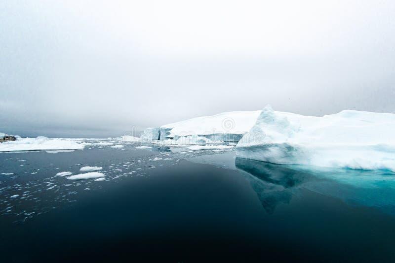 Ογκώδες παγόβουνο που επιπλέει στον αρκτικό ωκεανό στοκ φωτογραφία με δικαίωμα ελεύθερης χρήσης