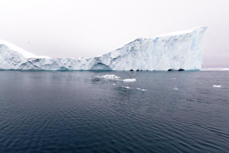 Ογκώδες παγόβουνο που επιπλέει στον αρκτικό ωκεανό στοκ εικόνες