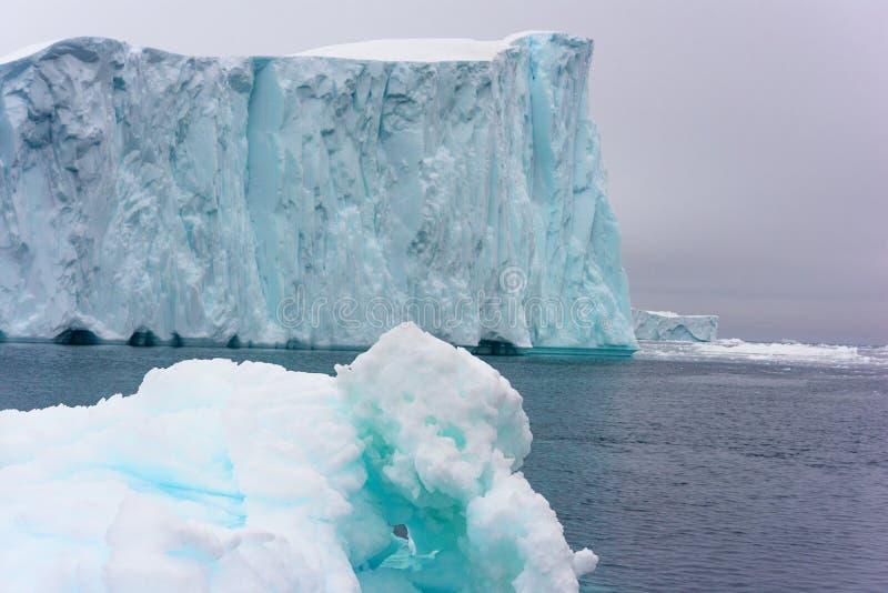 Ογκώδες παγόβουνο που επιπλέει στον αρκτικό ωκεανό στοκ εικόνα με δικαίωμα ελεύθερης χρήσης