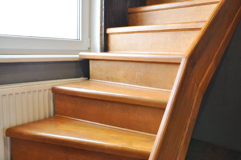 Ογκώδης ξύλινη σκάλα στο σπίτι στοκ εικόνες