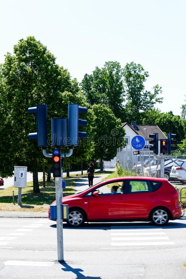 Οδήγηση αυτοκινήτων για τους πεζούς περάσματος κοντά στοκ εικόνες