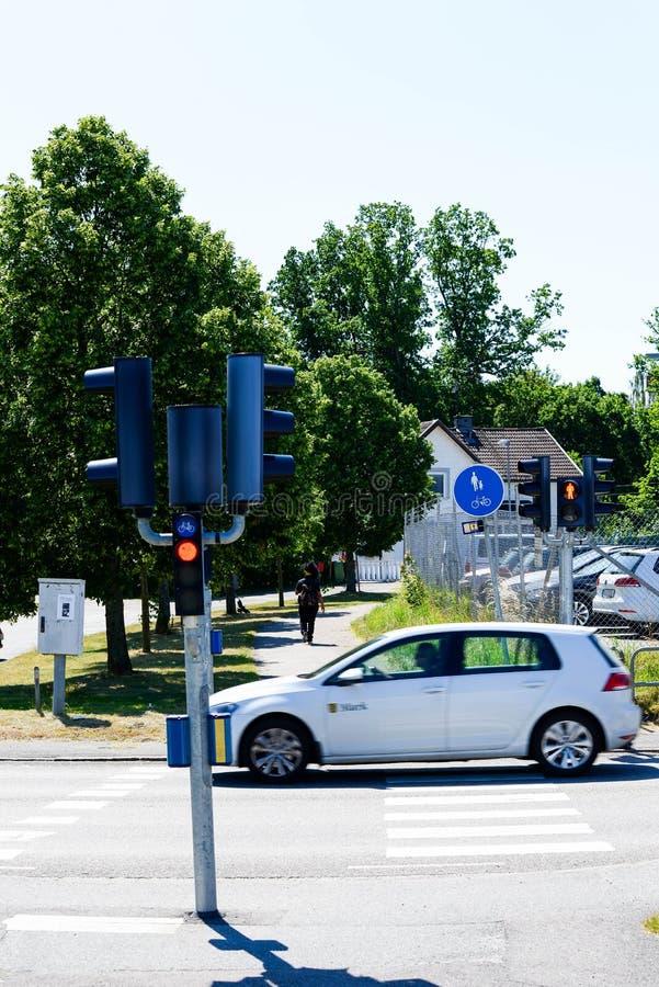 Οδήγηση αυτοκινήτων για τους πεζούς περάσματος κοντά στοκ εικόνα