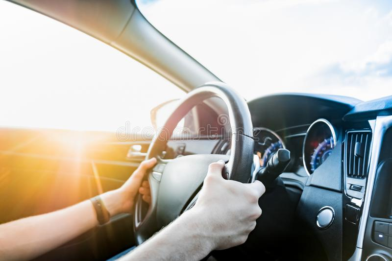 Οδήγηση ενός αυτοκινήτου, πυροβολισμός από το κάθισμα επιβατών στοκ εικόνες